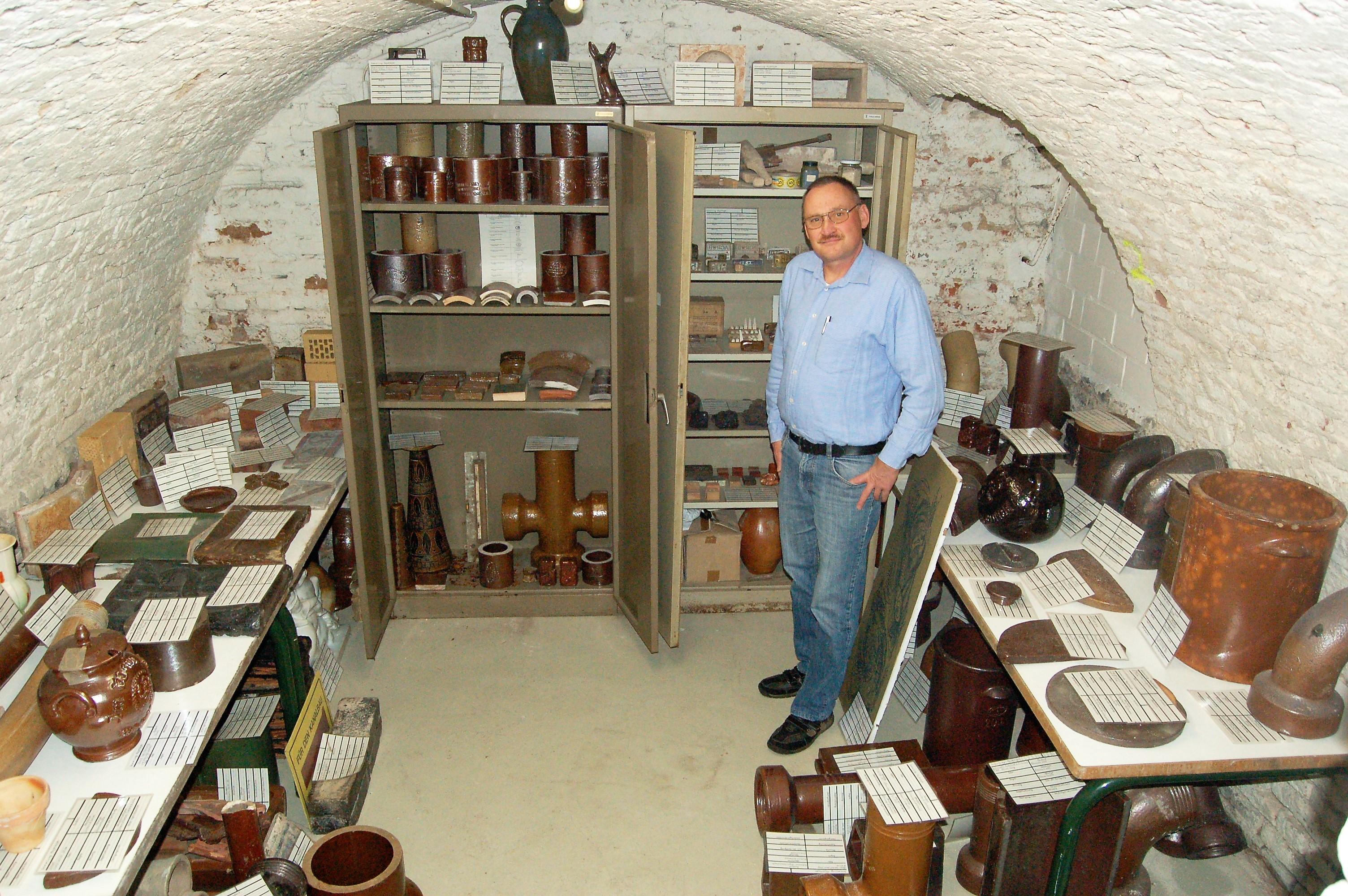 Bernd Mayerhofer in seiner Sammlung von industriell gefertigtem Steinzeug
